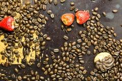 Fresas y granos de café en la madera Foto de archivo libre de regalías