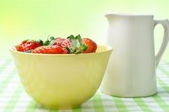 Fresas y jarro poner crema Fotografía de archivo libre de regalías