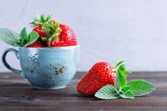 Fresas y menta frescas Fotografía de archivo libre de regalías