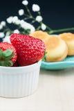 Fresas y tortas Fotos de archivo libres de regalías