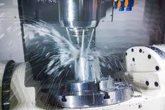 fresatrice di CNC 5-axis a lavoro con il liquido refrigerante sotto pressione ed a mosso delle correnti fotografie stock libere da diritti