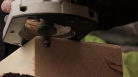 Fresatrice di uso del lavoratore, elaborazione del legno domestica stock footage