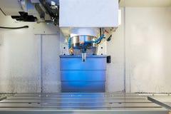 Fresatrice metallurgica di CNC Elaborazione moderna del metallo di taglio Immagini Stock Libere da Diritti