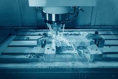 Fresatrice metallurgica di CNC Elaborazione moderna del metallo di taglio Immagine Stock