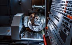 Fresatrice metallurgica di CNC Processin moderno del metallo di taglio Immagine Stock Libera da Diritti
