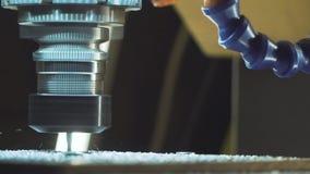 Fresatrice metallurgica di CNC Tecnologia della trasformazione moderna del metallo di taglio video d archivio
