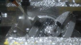 Fresatura di una parte di metallo su un centro di lavorazione di alta precisione moderno di CNC video d archivio