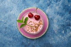 Fresca cerezas жулика de cerezas мусса, triturada y hojas de menta almendra стоковая фотография