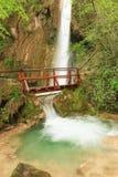 Freschezza di una cascata nell'ambiente naturale fotografie stock