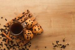 Fresco, apenas las magdalenas cocidas con las semillas del chocolate, del canela y del café fije con la taza de café oscuro Imagen de archivo