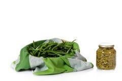 Fresco contra feijões verdes enlatados imagens de stock