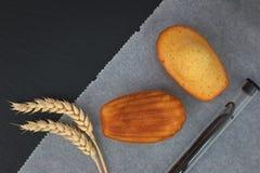 Fresco coza mini madeleines do bolo com as orelhas do feijão e do trigo de baunilha fotos de stock royalty free