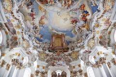 Fresco da parede e do teto do patrimônio mundial da igreja do wieskirche no bavaria imagens de stock royalty free