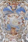 Fresco da parede e do teto do patrimônio mundial da igreja do wieskirche no bavaria fotos de stock royalty free
