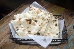 Fresco de la cesta del pan de Naan cocido Imagenes de archivo