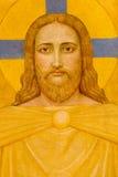 Fresco de Viena - de Jesus Christ por P. Verkade (1927) como o detalhe do altar lateral na igreja de Carmelites fotos de stock