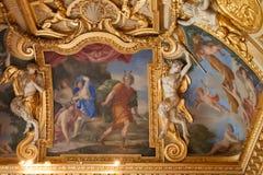 Fresco del techo adornado con las esculturas de criaturas míticas en el palacio de Fontainebleau Foto de archivo