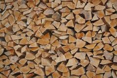 Fresco dobrado close-up no woodpile aparou logs do tr Foto de Stock