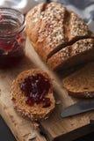 Fresco entero del grano y del atasco del pan oscuro del multigrain cocido en rústico Fotos de archivo