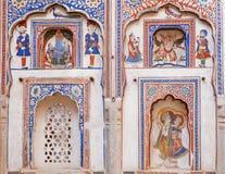 Fresco ingênuo com senhor indiano Krishna e Garuda na parede histórica da casa de Rajasthan Fotos de Stock