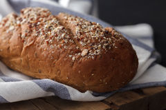Fresco inteiro da grão do pão escuro do multigrain cozido em rústico Imagem de Stock