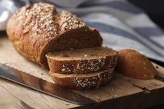 Fresco inteiro da grão do pão escuro do multigrain cozido em rústico Imagens de Stock Royalty Free