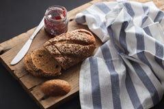 Fresco inteiro da grão e do doce do pão escuro do multigrain cozido em rústico Imagem de Stock Royalty Free