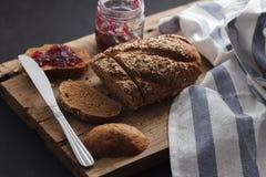 Fresco inteiro da grão e do doce do pão escuro do multigrain cozido em rústico Fotos de Stock