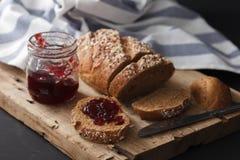 Fresco inteiro da grão e do doce do pão escuro do multigrain cozido em rústico Imagens de Stock Royalty Free