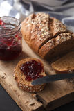 Fresco inteiro da grão e do doce do pão escuro do multigrain cozido em rústico Fotografia de Stock Royalty Free