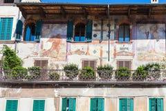Fresco medievais da casa urbana da fachada em Verona Imagem de Stock