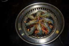 Fresco muitos camarões no fogão de Yakiniku Fotos de Stock