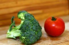 Fresco, orgánico, tomate y bróculi aisló el tiro 1 fotos de archivo