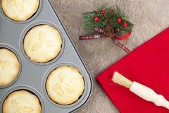 Fresco pique las empanadas en una bandeja de la hornada con un adorno de la Navidad Imagen de archivo libre de regalías
