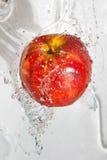 Fresco una mela nel flusso continuo dell'acqua. fotografia stock libera da diritti