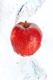 Fresco una mela nel flusso continuo dell'acqua. immagini stock libere da diritti