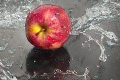 Fresco una mela nel flusso continuo dell'acqua. fotografie stock