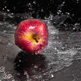 Fresco una mela nel flusso continuo dell'acqua. fotografie stock libere da diritti