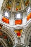 Frescoes som är höga upp i kupol av domkyrkan royaltyfria bilder