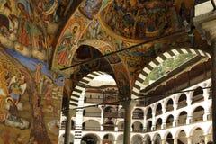 Frescoes under gallerierna av den Rila kloster royaltyfri bild