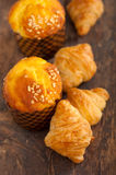 Fresh baked muffin and croissant mignon Royalty Free Stock Photos