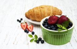 Fresh berries and croissant Royalty Free Stock Images
