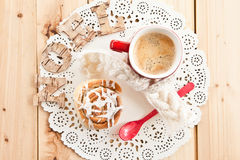 Fresh cinnamon roll and coffee Stock Photos