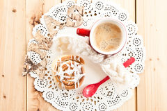 Fresh cinnamon roll and coffee Royalty Free Stock Photography