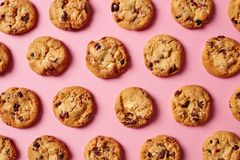 Fresh chocolate chip cookies pattern on pink background stock images