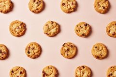 Fresh chocolate chip cookies pattern on pink background royalty free stock photography