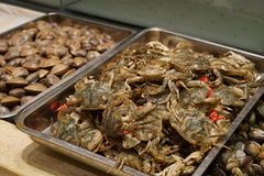 Fresh crabs and shellfish in a restaurant Stock Photos