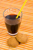 Fresh drink in glass and oatmeal cookies Royalty Free Stock Photos