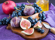 Fresh figs and dark grape Royalty Free Stock Photos