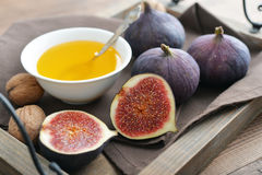 Fresh figs with honey and nuts Royalty Free Stock Photography